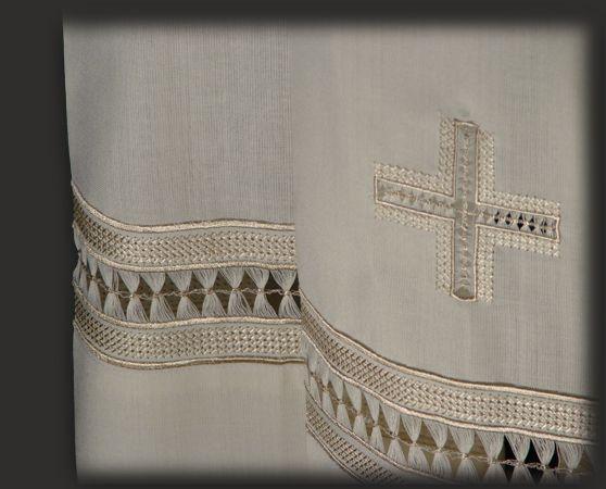 Sul fondo del paramento sacro, sia davanti che dietro, vi è una croce ricamata e sfilata a mano, che impreziosisce il giro di gigliuccio