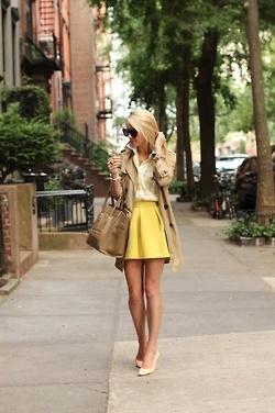 Jupe jaune + trench beige + escarpins + sac à main : ensemble vintage réussi !
