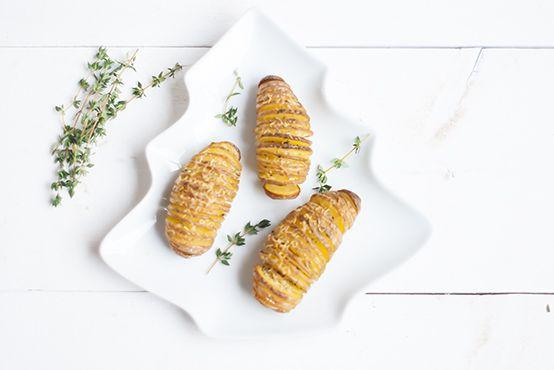 Hasselback aardappelen met aardappelen, knoflook, Parmezaanse kaas, chilipeper, rozemarijn, tijm, roomboter, olie. Lekker bijgerecht voor kerst.
