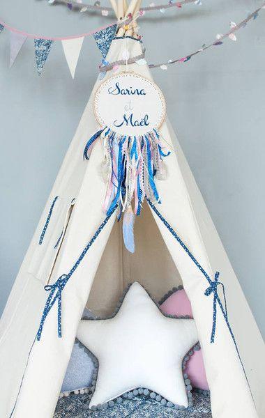 Magnifique tipi cousu main dans un coton épais. Idéal pour décorer une chambre d'enfant ! Coin lecture pour petits et grands, vous pourrez même y convier votre animal de compagnie pour un gros calin en famille <3 Cozy, tendance & cocooning, on adore, à retrouver sur DaWanda.com
