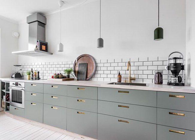 Ursnyggt kök med grågröna luckor och grepp 9 med ilägg i mässing. #pickyliving #g9 #ncc #ncscolour #arkitektur #inredningstips #trender #detaljer #inredning #kök #köksluckor #köksinredning #kitchen #kitchenlife #kitcheninspo #köksinspiration #köksdetaljer #mässing #grå #gråttkök #gröntkök #design #interior #interiör #interiordesign