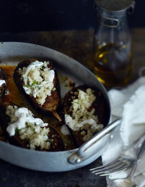 Munakoiso rakastaa sitruunaa, chiliä, juustokuminaa ja korianteria. Uunissa paahdetun munakoison maku täydentyy bulgurilla ja yrttisellä jogurttikastikkeella. NAM!