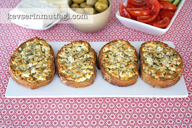 Peynirli Çıtır Ekmek Dilimleri Tarifi - Malzemeler : 8 dilimekmek, 250 g beyaz peynir veya lor peyniri, 1 avuç kıyılmış dereotu, 1 avuç kıyılmış maydanoz, 1 yumurta, Peyniriniz tuzsuzsa tuz.
