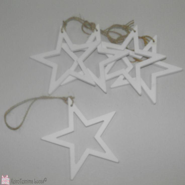 Ξύλινα αστέρια (περίγραμμα) σε σετ των 5 τεμαχίων. Μπορούν να χρησιμοποιηθούν σε χειροτεχνίες, αμπαλάζ αλλά και ως στολίδια στο χριστουγεννιάτικο δέντρο. Wooden star christmas ornaments.