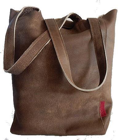 Stijlvolle bruine leren shopper met een stoere uitstraling De shopper / schoudertas is handgemaakt en natuurlijk zoals al onze tassen van echt leer.