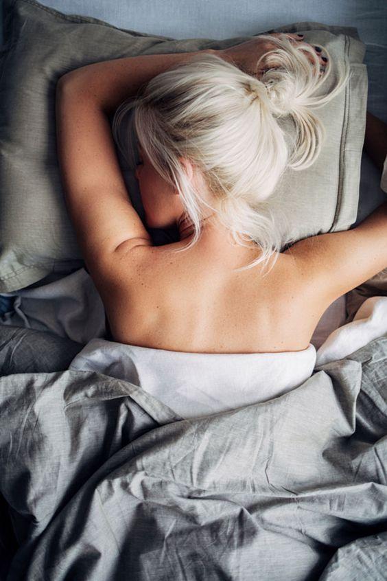 Une coloration blonde qui tire sur le blanc, très moderne #colorationblonde…