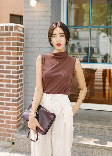 """Today's Hot Pick :个性派☊纯色立领无袖衣摆侧抽褶T恤 http://fashionstylep.com/P0000YAS/khyelyun/out """"简洁的纯色,用最简单的方式呼喊出你的时尚宣言,打造最潮最炫的都市女性~这款独具匠心的T恤,带着唯美的气息,走进你的美丽生活~独特的小立领,带来都市女人的干练与大气~~衣摆两侧抽褶设计,为整体设计增添时尚亮点~无袖款式带着清爽洒脱,装点了你的烂漫夏日~基本款型,不紧绷,却也能展现你的美好身材~ *搭配建议:搭配一条宽松阔腿裤,就注定了你的个性美好~! -T恤- -立领无袖- -两侧抽褶- -宽松版型- -三色可选-"""""""