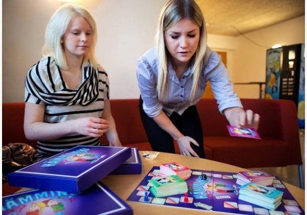 Hämeen Sanomat: HAMKin opiskelijat Ida Korhonen ja Jessica Rajapuro kehittivät lautapelin, jossa pohditaan seksuaaliterveyteen liittyviä kysymyksiä
