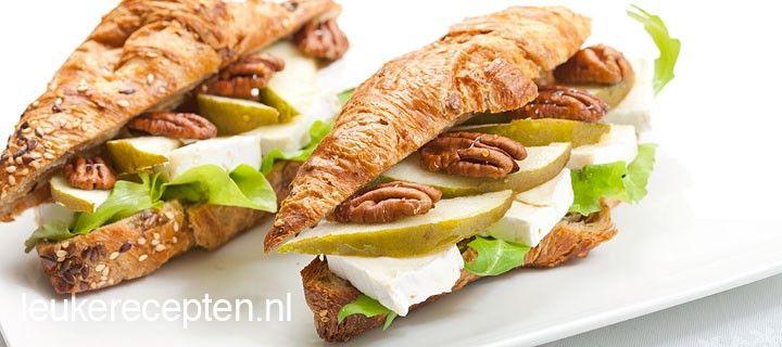 Makkelijk en snel een lekkere lunch op tafel met deze croissants met brie, peer en pecannoten
