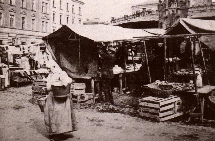 """Plac Nowy, kramy i słynny """"okrąglak"""" istniejący po dziś dzień. Fotografia pochodząca z 1914 roku."""