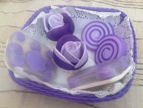 Pack de regalo, compuesto por rosas, pastillas de jabón con incursiones y cortes de jabón enrollado. Aromas: Lavanda y Algas Marinas. Tonos lilas. Jabones artesanales, Jabones decorativos, Jabones aromáticos