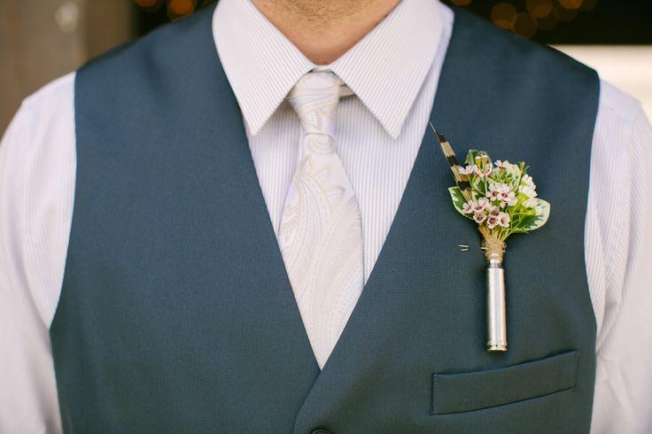 Detalle floral para novio de campo con Hoya Carnosa (flor de cera). Inspiración Un anillo para Eva #BodaHippie #BodasNaturales http://unanilloparaeva.com/ Fotografía de Rustic Wedding Chic