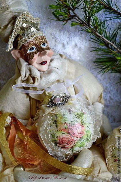 Купить или заказать Новогодний набор  'Шебби Роуз' в интернет-магазине на Ярмарке Мастеров. Новогодний набор сливочного молочного цвета с нежными розами в стиле шебби шик.Ленточки,бусинки, винтажные кружева - создадут необычную атмосферу на вашей красавице-елке.6 шариков диаметров 8 см в необычном коробе - хранителе ваших новогодних игрушек.Капелька нежного лета в новогоднем интерьере.Короб на ножках, в нем можно хранить конфеты и разные новогодние сладости.