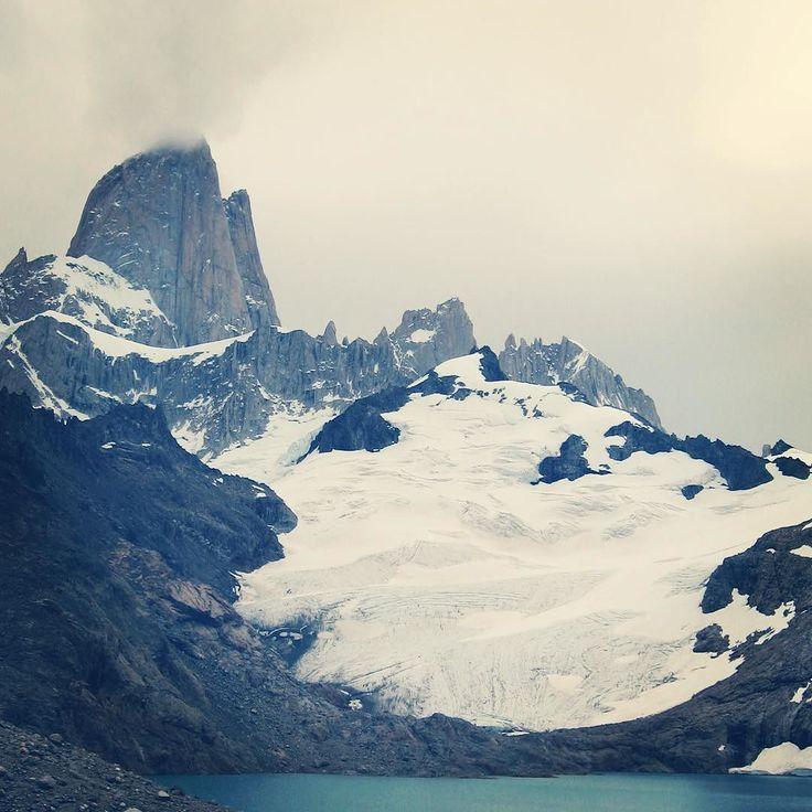 """Chaltén significa """"montaña humeante"""" en la lengua tehuelche y con esta foto comprobamos la teoría por la cual se pensaba que se trataba de un volcán...  Semana de fotos de Argentina   #travel #instatravel #travelgram #travelpic #travelbloggers #explore #world #viajes #viajar #matetrip #iamtb #comuviajera #picoftheday #mountains #landscapes #patagonia by rutadelmate"""
