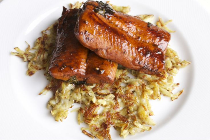 Haydi hemen iş çıkışı balık pazarına uğrayın, iki adet temizlenmiş somon fileto alın, hop mutfağa. İşte bu kadar basit soslu somon hazırlamak.