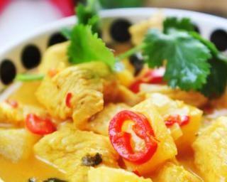 Curry de poulet à l'ananas contre la rétention d'eau : http://www.fourchette-et-bikini.fr/recettes/recettes-minceur/curry-de-poulet-lananas-contre-la-retention-deau.html