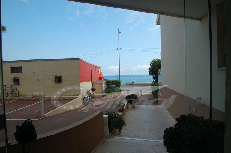 Menton Garavan, proche frontière, immeuble bord de mer; à vendre studio en bon état, au 4ème étage avec ascenseur , 20 m² habitables, vue dégagée. balcon.