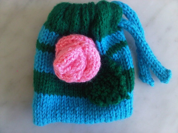 Little knitted floral bag by kitschybags on Etsy, £4.99