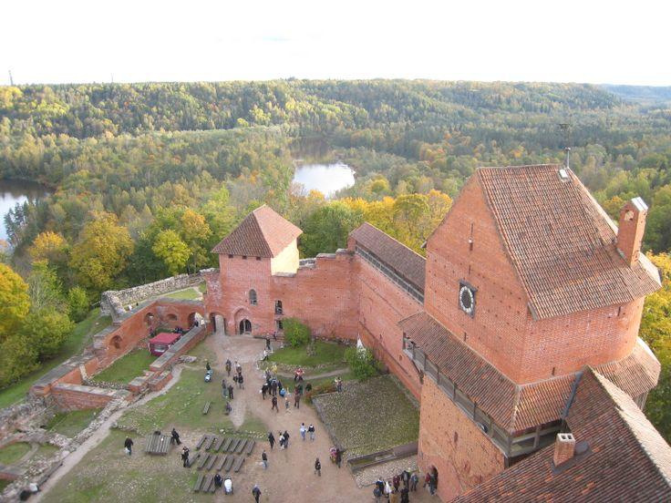 Het #Turaida kasteel is een  gereconstrueerd middeleeuws kasteel in de buurt van #Sigulda, Letland. Het is gelegen aan de overkant van de Gauja rivier. Het kasteel is nu het middelpunt van het Turaida Museum Reserve.