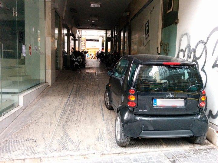 Πολλές στοές του κέντρου της Αθήνας έχουν μετατραπεί σε parking. Να μία.