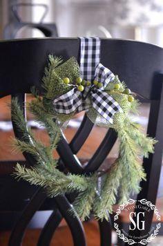 CHRISTMAS FARMHOUSE KITCHEN-WREATH -Rückenlehne aus … #christmaskitch …   – cute christmas kitchen decoration