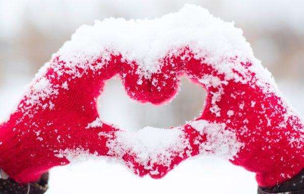 Обои на рабочий стол. Обои hands, snow, сердце, love, heart, любовь, romantic скачать.