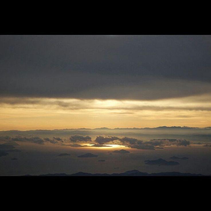 天使の梯子 a Angel Halo #landscape #fromairplane #cloud #angelhalo #shimanamikaido #setonaikai #japan #jal #飛行機からの景色 #天使の梯子 #しまなみ海道