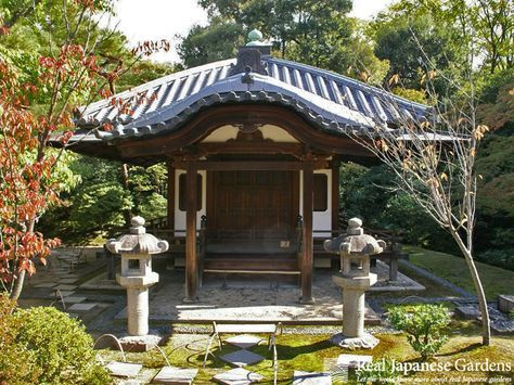 """Stone lanterns or Ishi-doro (石灯篭)in the Japanese garden Katsura Rikyu (桂離宮)in Kyoto - click to see the eBook here: <a href=""""http://www.japanesegardens.jp/gardens/famous/000046.php"""" rel=""""nofollow"""" target=""""_blank"""">www.japanesegarde...</a> - Real Japanese Gardens -"""