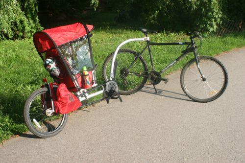 Weehoo i-Go to przyczepka rowerowa z pedałami. Mimo że jest to przyczepka jednokołowa, można ją bez problemów postawić prostopadle do roweru, aby się nie przewracała. O tym i innych patentach przeczytacie w naszym teście. #przyczepkarowerowa; #weehoo