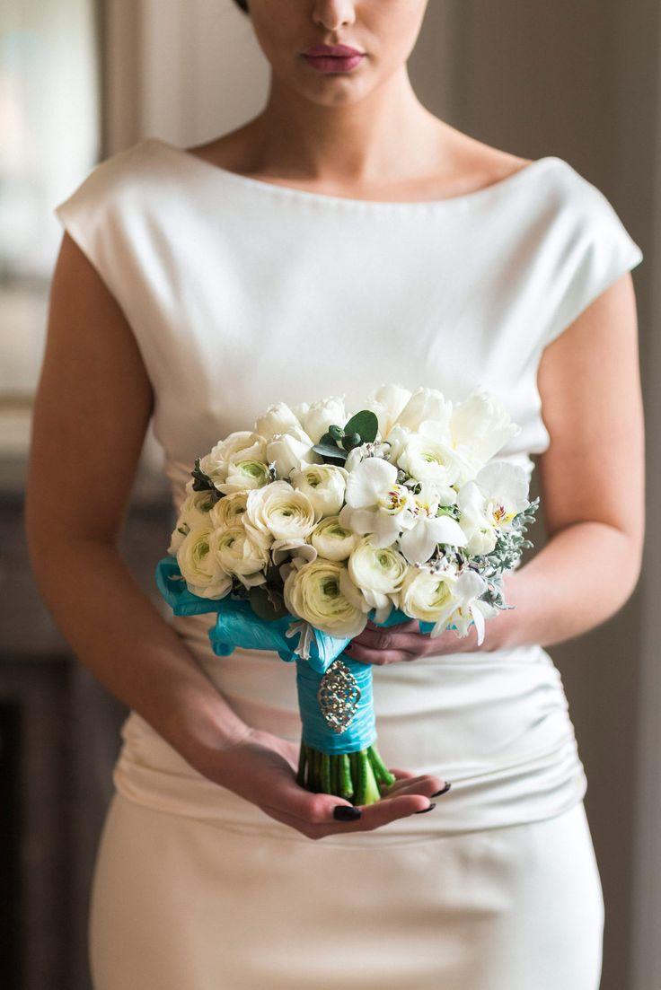 Ein wunderschöner Brautstrauss aus Tulpen und Ranunkeln. Das Foto von Christina & Eduard Photography ist bei einem Styled Shooting zum Hochzeitskonzept in Tiffany Grün und Creme entstanden.
