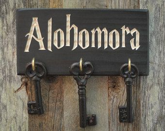 Alohomora Schlüsselhalter. Massivholz mit graviertem