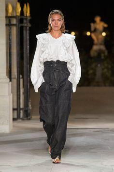 Clon de Zara inspirado en la blusa blanca con maxi volantes laterales de Isabel Marant Primavera-Verano 2017. Clones de moda