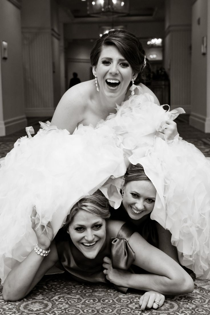 Kind of funny and cute pose to do with bridesmaids.