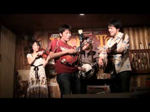 ▶ ブルーグラスポリス / フォギーマウンテンブレイクダウン Foggy Mountain Breakdown バンジョー曲 - YouTube. These Japanese musicians play some decent bluegrass. Because bluegrass kicks a$$. And gets around some.