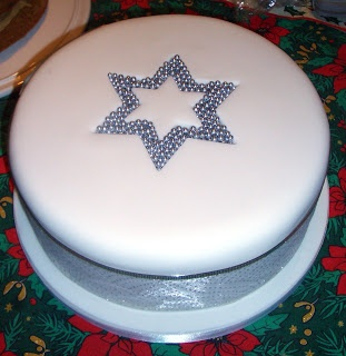17 best images about icing a christmas cake on pinterest for Iced christmas cakes