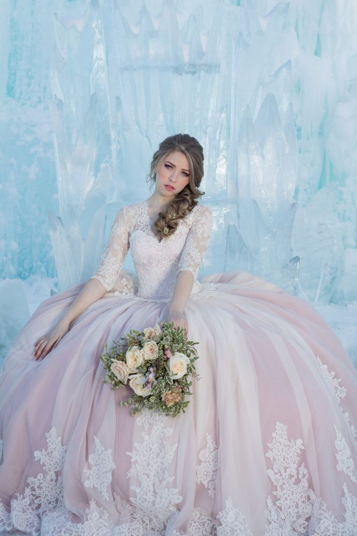 How magical would it be to get married in an ice castle? Well you are about to find out thanks to Tumbleweed Portraits and Photography. This shoot features some of Edmonton's most talented wedding professionals. I love how this shoot shows how freaking amazing winter weddings can be. #edmontonweddings #yegweddings #edmontonicecastles #icequeen #iceprincess #magicalweddings