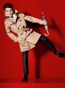 Romeo, el segundo hijo del futbolista David Beckham y de la diseñadora y ex Spice Girl Victoria Beckham ha debutado como modelo ante el objetivo del afamado fotógrafo Mario Testino en la campaña publicitaria de primavera-verano 2012 de la prestigiosa firma británica Burberry. http://www.elpopular.com.ec/75857-romeo-uno-de-los-hijos-de-david-y-victoria-beckham-posa-para-mario-testino.html