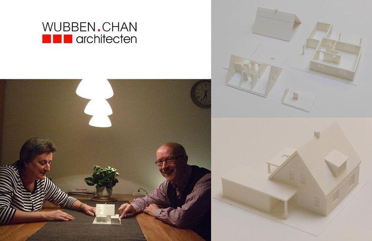 De familie Hoogendoorn kijkt trots naar de maquette van hun nieuw te bouwen woning in Den Hoorn. Ontwerp opdrachtgever vertaald naar BIM-model en 3D geprinte maquette.  #ontwerp #vergunning #aanbesteding #uitvoering #woning #architectuur #BIM #3Dprint #3Dprinting #maquette #innovatie by wubbenchan