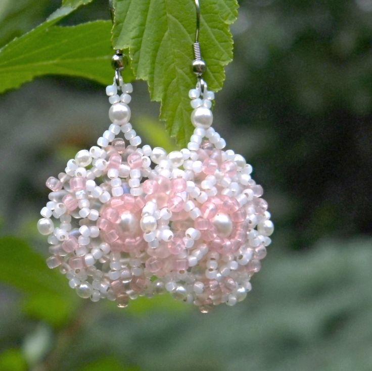Romantické+náušnice+Růžovo-bílé+náušnice+plné+jarních+květů+a+romantiky+jsou+vyrobeny+šitím+z+kvalitního+japonského+rokajlu+TOHO,+voskových+perliček+značky+Estrela+a+dvoudírkových+korálků+SUPERDUO.+Vše+je+v+barvě+bílé+a+svělounce+růžové+Rosaline.+Šířka+náušnice+je+3+cm+a+celková+délka+náušnice+je+6+cm.+Naušnicové+háčky+jsou+z+chirurgické+oceli.+Budou...