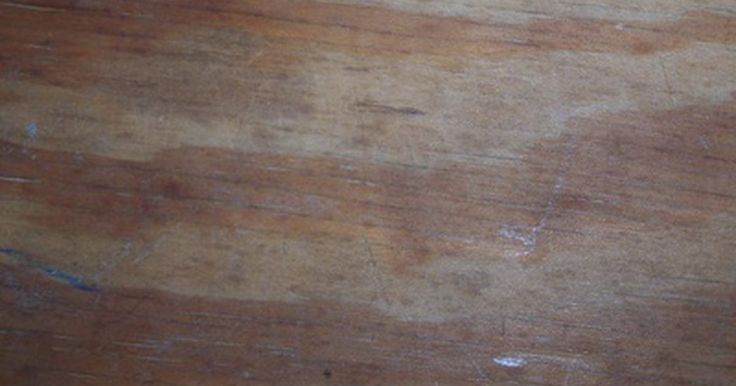 Cómo instalar un techo de madera contrachapada. A menudo, la remodelación de un sótano requiere la adición de un techo. Los paneles de yeso son usados comúnmente para cubrir las vigas en tal situación. Sin embargo, este material es más costoso y requiere más tiempo de instalación que la madera contrachapada. Un techo de este material se puede instalar con tornillos y, además, permite un fácil ...