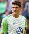 """Transfer-Hammer in der Bundesliga!Nationalstürmer Mario Gomezverlässt den VfL Wolfsburg und kehrt zum VfB Stuttgart zurück.Das bestätigten beide Klubs am Freitag.Gomez erhält einen Vertrag bis 2020, die Ablöse für den 32-Jährigen soll etwas mehr als drei Millionen Euro betragen.Allerdings fehlt noch die sportärztliche Untersuchung des Stürmers, die unmittelbar vor dem Trainingsauftakt des Tabellen-14. am 3. Januar durchgeführt werden soll.""""Glücklich, wieder zu Hause zu sein""""Beim V..."""