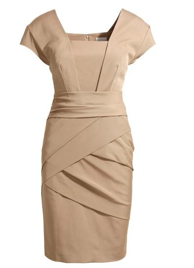Kate kjole Tidløs og elegant kjole i beige eller sort. Kjolen er ensfarget, men detaljene i måten den er sydd på, gjør at den likevel skiller seg ut fra mengden. Den har et flott snitt som er flatterende for mange forskjellige figurer. Kjolen har glidelåslukking bak.  Farge: Beige eller sort