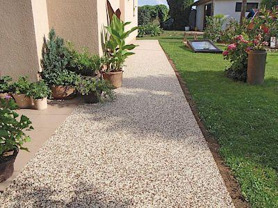Kamenný koberec je litá podlaha ze směsi jemných přírodních oblázků a pojiva. Povrch je bezespárý, velice pevný, snese extrémní zatížení.