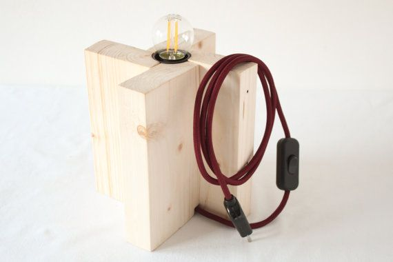 Lampada da tavolo viola. Eco-lampada. Upcycling design.