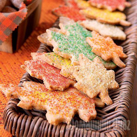 Нежное печенье в виде осенних листочков понравится детям.