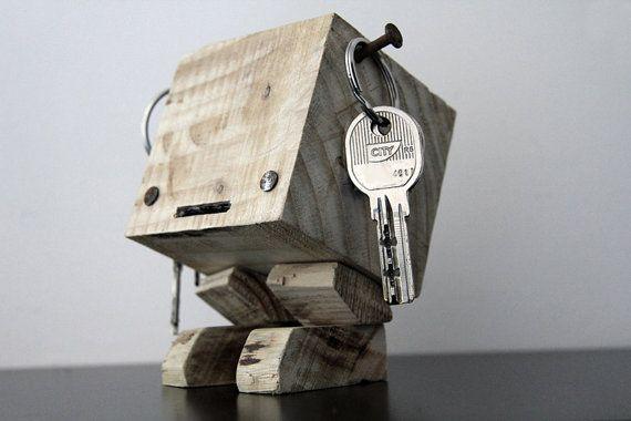Porte-clés entièrement réalisé en bois de palette jetée et non consignée.  Ce porte-clés est unique et présente des imperfections qui lui donnent cet