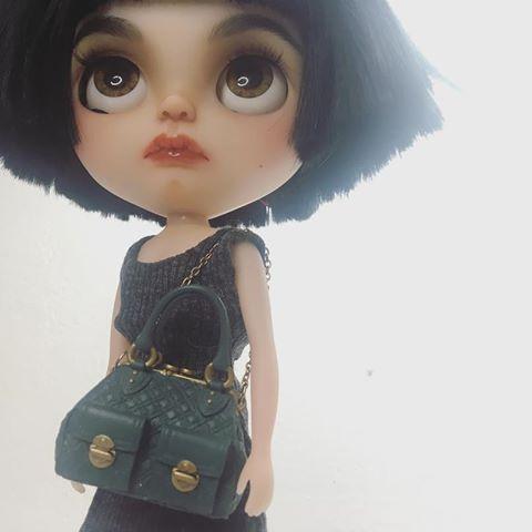 Hoy salimos a la calle con la mirada firme, sin miedo, con el alma llena de luz y amor frente al odio y miedo que quieren imponernos.    #barcelona #masamorporfavor #stophate #stopterrorism #erregiro #erregirodolls #blythe #doll #boneca #muñeca #custom #blythedoll #poupée #makeup #maquillaje #instadoll #summer #手首 #ブライズ #fashion #moda #ブライスドール #art #design #instablythe #arte #arttoy #toy