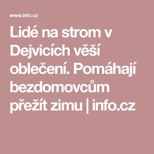 Lidé na strom v Dejvicích věší oblečení. Pomáhají bezdomovcům přežít zimu | info.cz