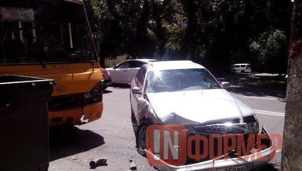 ДТП в Крыму: «Ауди» врезалась в переполненный автобус – есть пострадавшие (фото) http://ruinformer.com/page/dtp-v-krymu-audi-vrezalas-v-perepolnennyj-avtobus-est-postradavshie-foto  В Симферополе в результате ДТП с участием легкового автомобиля «Audi А6» и пассажирского пострадали несколько человек. Об этом сообщили в ГИБДД по Республике Крым.По информации ведомства, при левом повороте с улицы Киевской в сторону переулка Клинического водитель иномарки не уступил дорогу автобусу, двигавшемуся…