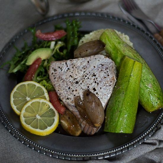 stek z tuńczyka pieczony z karmelizowaną szalotka